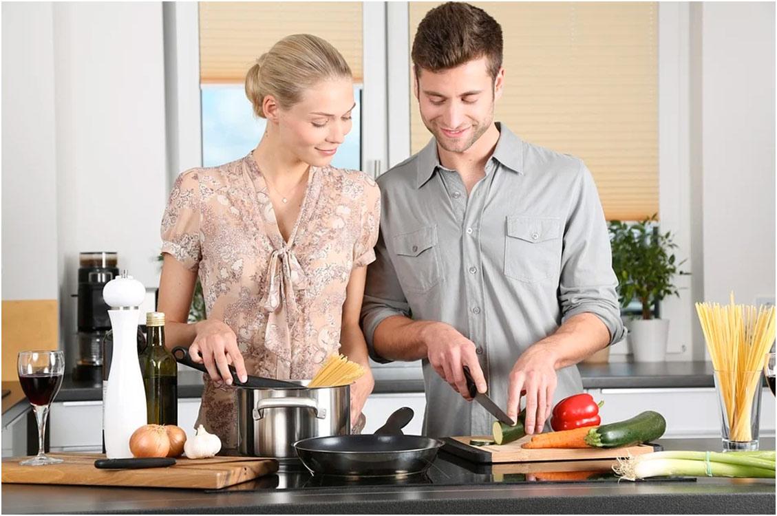 couple dans une cuisine rangée